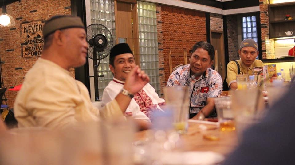 Ketua DPD PDI Perjuangan Provinsi Gorontalo Kris Wartabone berbincang-bincang dengan pengurus DPC se Provinsi Gorontalo
