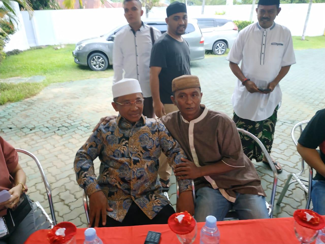 Sofyan Mooduto yang mengaku korban penganiayaan, terlihat akrab bersama Bupati Boalemo Darwis Moridu