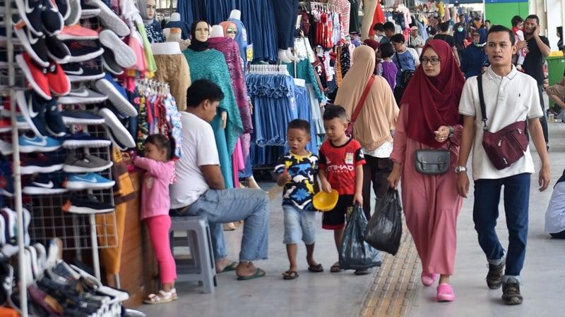 Sejumlah warga melintas di jembatan penyeberangan multiguna (JPM) Tanah Abang, Jakarta Pusat, Kamis (23/5/2019). Sejumlah pedagang di JPM Tanah Abang kembali berjualan dan operasional stasiun KA setempat dibuka kembali setelah pada Selasa (22/5) ditutup karena kericuhan Aksi 22 Mei terjadi di kawasan tersebut. ANTARA FOTO/Aditya Pradana Putra/foc.