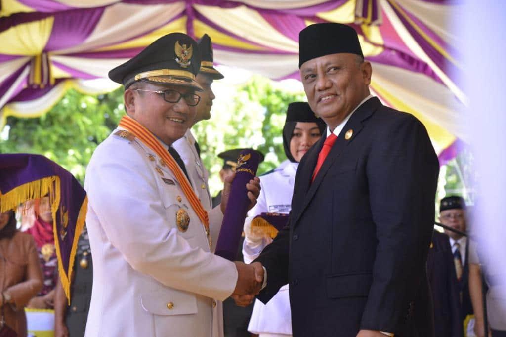 Gubernur Gorontalo Rusli Habibie, saat berjabatan tangan dengan Walikota Gorontalo Marten Taha. (Ft : Istimewa)