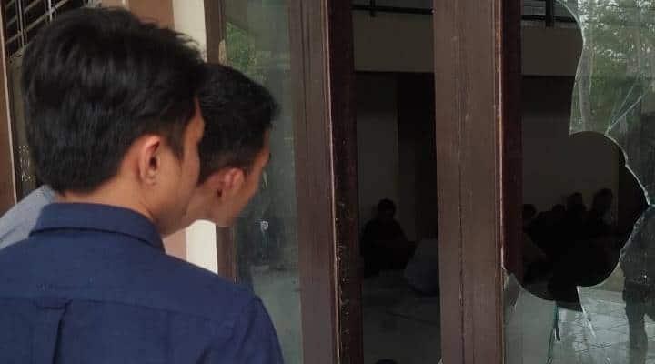 Kaca pecah akibat dilempari mahasiswa dengan batu