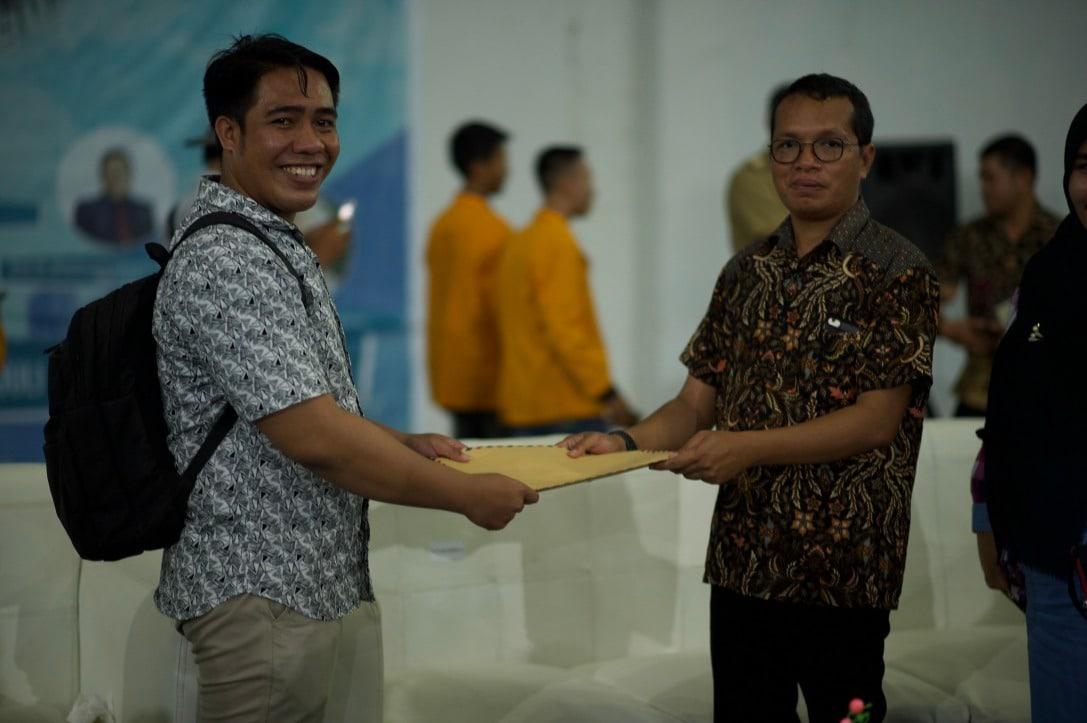 Ketua Kopi-Butur, Nurlin Mohamad saat memberikan surat dukungan untuk gelar pahlawan pada tokoh Kabupaten Buton Utara