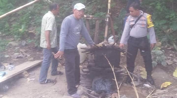 Polsek Tolinggula saat membongkar pabrik cap tikus
