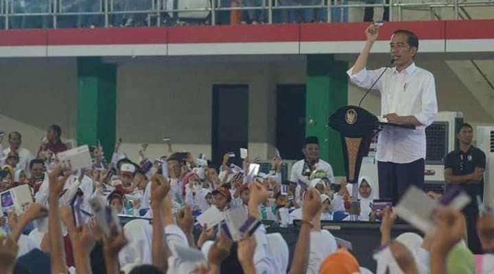 Presiden RI Joko Widodo saat menyerahkan Kartu Indonesia Pintar (KIP) kepada 4000 siswa semua jenjang, di GOR David-Tony Limboto, Jumat (1/3). Foto: Dok.Humas-Haris