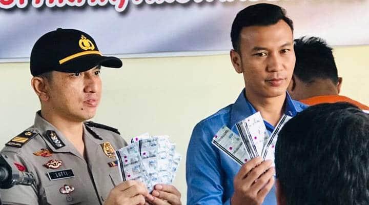 Kasat Reskrim Polres Gorontalo Kota saat menunjukan barang bukti (Ft: Istimewa)
