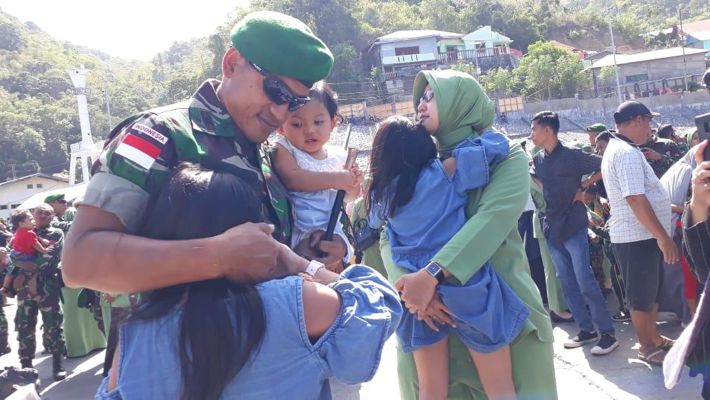 Isak tangis anak dan istri Prajurit TNI Yonif 713 Gorontalo, saat berangkat bertugas ke Perbatasan Indonesia-Papua Nigini