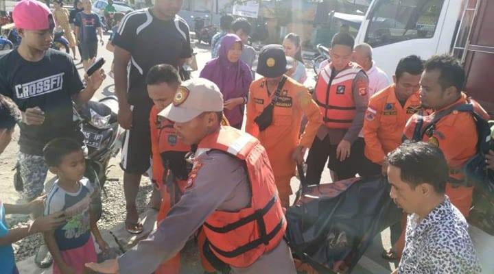 Tim gabungan yang terdiri Basarnas, Dit Samapta Polda Gorontalo, dan BPBD Kota Gorontalo mengevakuasi jenazah Ryan yang tenggelam di Pantai Indah, Kelurahan Pohe, Kecamatan Hulonthalangi, Kota Gorontalo. (humas Polda Gorontalo)