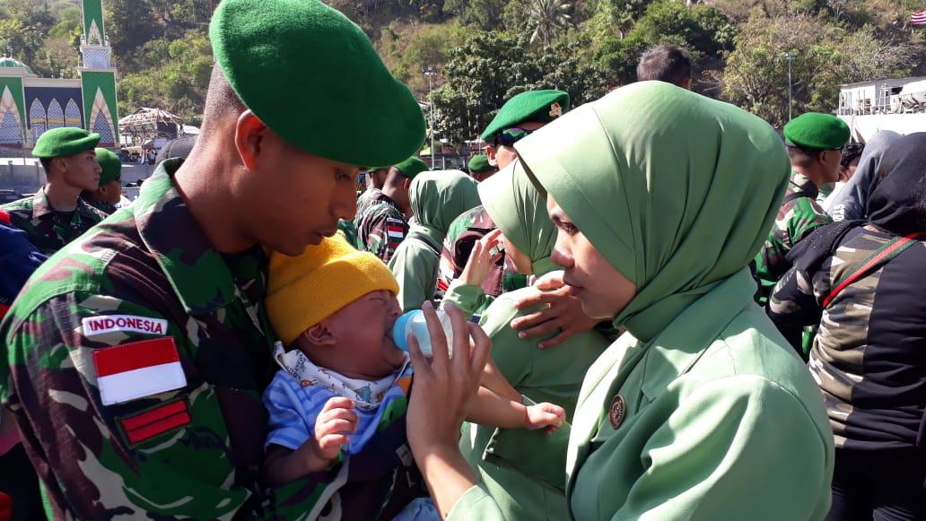 Seorang prajurit TNI Yonif 713 Satyatama Gorontalo, sebelum berangkat masih menyisihkan untuk memeluk anaknya untuk di susui