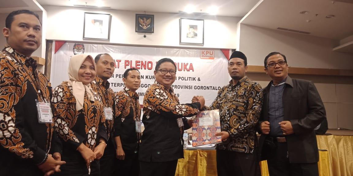 Komisi Pemilihan Umum (KPU) Provinsi Gorontalo, menyerahkan hasil rapat pleno terbuka kepada Bawaslu Provinsi Gorontalo