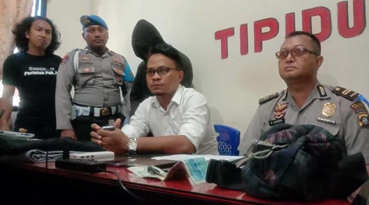 Kasubag Humas Polres Bone Bolango, Iptu Bagong Supriadi (kanan), memberi penjelasan mengenai MAP yang terlibat kasus jambret di tiga wilayah di Gorontalo. (gopos)