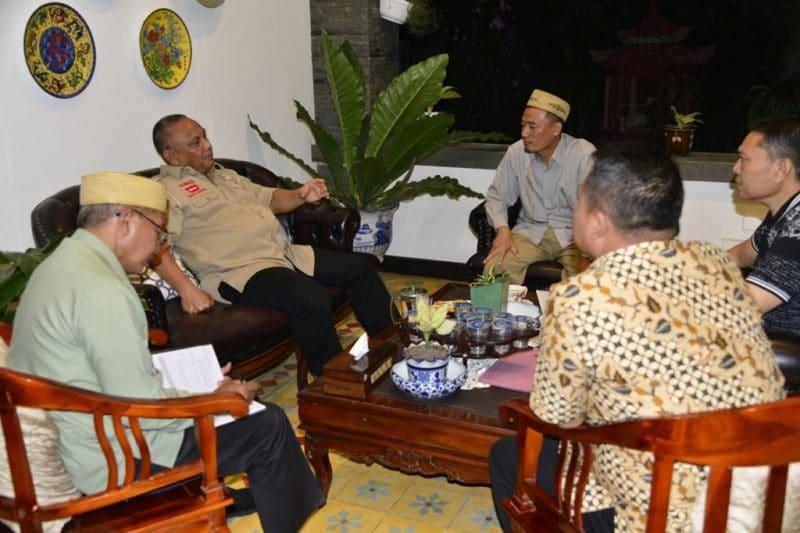 Gubernur Gorontalo Rusli Habibie didampingi Sekdaprov Gorontalo, saat melakukan pertemuan dengan Manajer PLN, kamis malam, (31/10/2019), di kediaman pribadi gubernur.(Foto : Alfred)