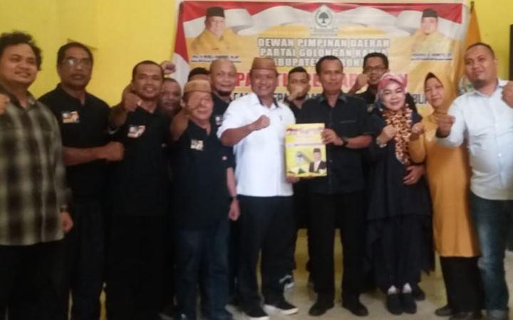 Risjon Sunge bersama pendukungnya mendaftarkan diri sebgai calon Bupati di partai Golkar dan PAN Kabupaten Gorontalo