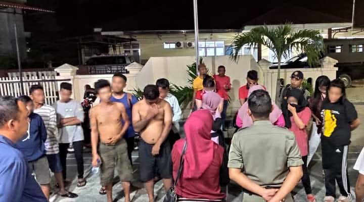 Enam pasangan nonmuhrim yang didapati berduaan di kamar penginapan, bersama dua warga yang mabuk berat diberikan pembinaan oleh petugas Polsek Dungingi, Ahad (3/11/2019). (istimewa)
