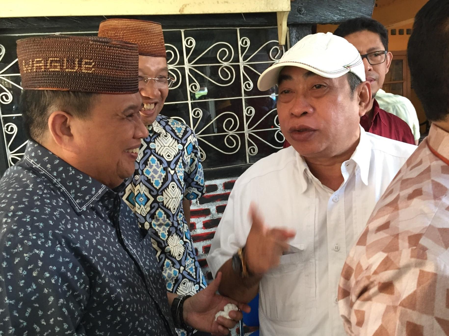 Wakil Gubernur Gorotalo Idris Rahim bersama Anggota DPRD Provinsi Gorontalo Adhan Dambe saat berbincang-bincang usai dialog warung kopi.