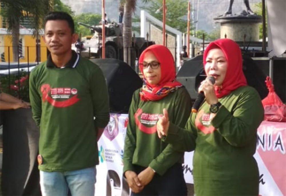 Ketua Tim Asistensi KPA Provinsi Gorontalo Idah Syahidah (kanan) saat memberikan sosialisasi bahaya HIV/AIDS dalam rangka memperingati Hari Aids Sedunia bertempat di Halaman Rumah Jabatan Gubernur, Minggu (1/12/2019). Anggota Komisi VIII DPR RI itu menyebut salah satu penyumbang HIV/AIDS di Gorontalo karena gaya hidup LGBT yang sulit untuk dikendalikan di Gorontalo. (Foto: Bahrian-Humas).