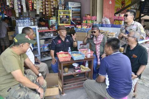 Sapa Pedagang Kecil di Minahasa, Gubernur Rusli Berbagi Rizki