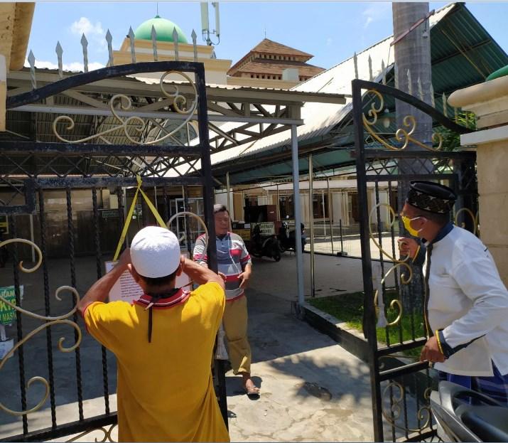 Petugas Masjid Agung Baiturahim Kota Gorontalo menutup saat melakukan penutupan masjid/prosesnews.id