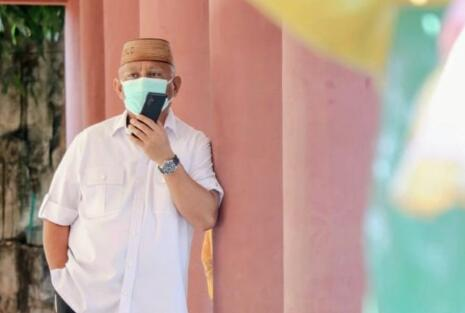 Gubernur Gorontalo Rusli Habibie saat berkomunikasi dengan telepon seluler. (Foto: dok Humas).