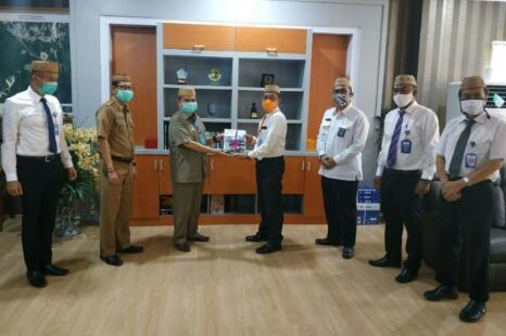 Kepala BPKP Provinsi Gorontalo, Raden Murwantara (tengah), menyerahkan laporan hasil pengawasan semester I tahun 2020 kepada Wagub Gorontalo H. Idris Rahim (ketiga kiri) di ruang kerja Wagub, Senin (31/8/2020). (Foto : Gusti)