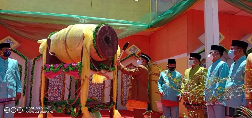 Wagub Gorontalo H. Idris Rahim memukul beduq menandai dibukanya MTQ IX Tingkat Provinsi Gorontalo di halaman Kantor Bupati Gorontalo Utara, Kamis (10/9/2020).