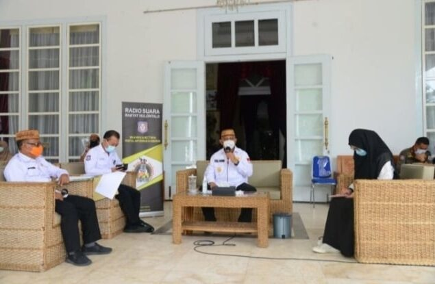 "Gubernur Gorontalo Rusli Habibie (dua dari kanan) saat menjadi narasumber pada Live Dialog Interaktif Radio RH dengan topik ""Penanganan dan Penegakan Protokol Kesehatan Covid-19 melalui Pergub 41 Tahun 2020 di Provinsi Gorontalo, Rabu (09/09/2020). Foto : Salman – Humas"