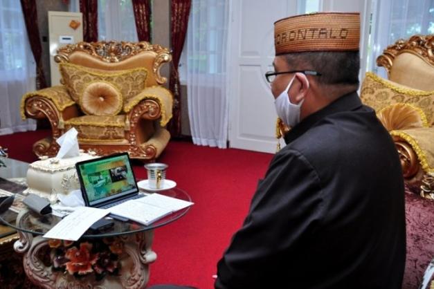 Wagub Gorontalo H. Idris Rahim memberikan sambutan pada wisuda IAIN Sultan Amai Gorontalo melalui video konferensi di rumah jabatan Wagub, Senin (28/9/2020). (Foto : Haris – Humas)