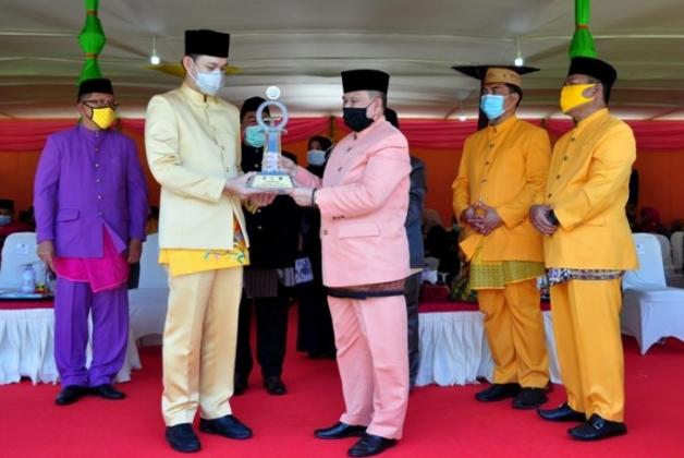 Wagub Gorontalo H. Idris Rahim (tengah), menyerahkan trofi juara umum MTQ Tingkat Provinsi Gorontalo kepada Wakil Wali Kota Gorontalo pada penutupan MTQ IX tingkat Provinsi Gorontalo di halaman Kantor Bupati Gorontalo Utara, Senin (14/9/2020). (Foto : Haris – Humas)