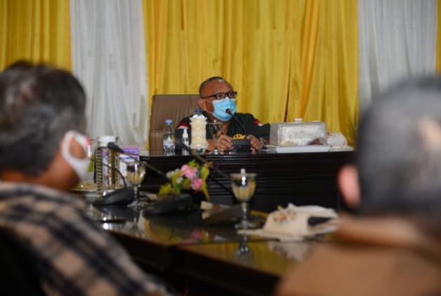 Gubernur Rusli Habibie saat memberikan sambutan pada pelaksanaan pertemuan dengan perwakilan korban banjir yang terjadi di empat Kecamatan yang ada di Kabupaten Pohuwato, Sabtu (26/9/2020). Dikesmpatan itu pula gubernur tak lupa menyerahkan sejumlah bantuan bahan pokok bersubsidi untuk 1.000 masyarakat korban banjir.  (Foto – Alfred)