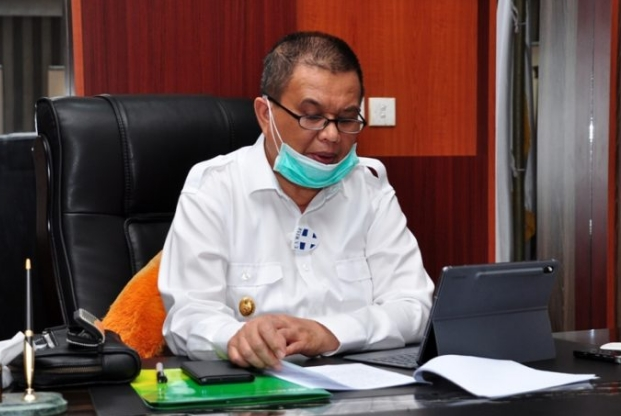 Wagub Gorontalo H. Idris Rahim memberikan sambutan pada webinar Sinergi Penyelenggaraan Program Jamsostek di Era Pandemi Covid-19 di ruang kerjanya, Rabu (23/9/2020). (Foto : Haris – Humas)
