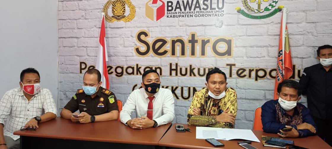 Bawaslu Kabupaten Gorontalo Bersama Kepolisian Polres Gorontalo dan Kejaksaan Negeri Limboto, Melakukan Konferensi Pers Terkait Laporan Dugaan Mahar Politik, Senin (14/09/2020).