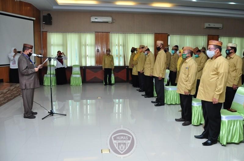 Wagub Gorontalo H. Idris Rahim (kiri) mengukuhkan dewan dan majelis hakim MTQ IX tingkat Provinsi Gorontalo di aula Kantor Kementerian Agama Provinsi Gorontalo, Selasa (8/9/2020). (Foto : Haris – Humas)