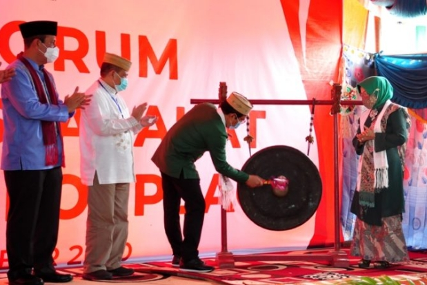 Wagub Gorontalo H. Idris Rahim (kedua kiri) menyaksikan pemukulan gong oleh Mendes PDTT Abdul Halim Iskandar yang menandai peluncuran Forum Pemuka Masyarakat Cinta Desa (FORPEACE) di Desa Banuroja, Kecamatan Randangan, Kabupaten Pohuwato, Sabtu (19/9/2020). (Foto : Haris – Humas)