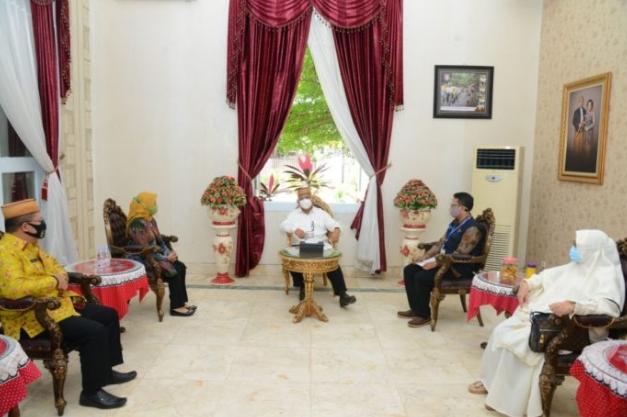 Gubernur Gorontalo Rusli Habibie (tengah) saat menerima Kepala BPS Herum Fajarwati dan petugas sensus, Jumat (11/9/2020). Gubernur Rusli berpesan agar proses sensus faktual dilakukan dengan memperhatikan protokol kesehatan. (Foto: Salman-Humas).