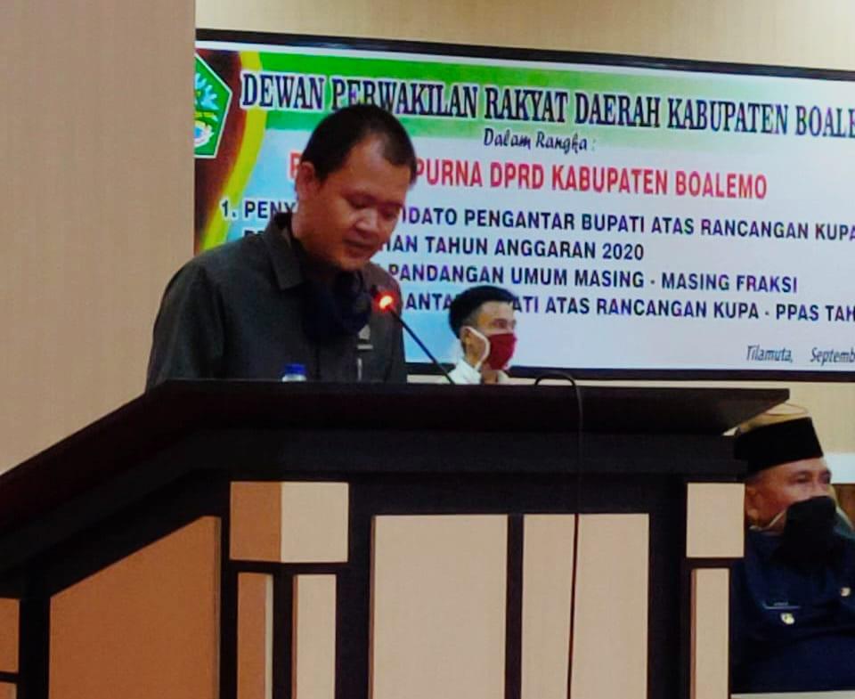Harijanto Mamangkey saat membacakan pandangan Fraksi PDI-P Boalemo, pada sidang Paripurna KUPA-PPAS APBD Tahun Anggaran 2020. Jum'at, (11/09/2020)