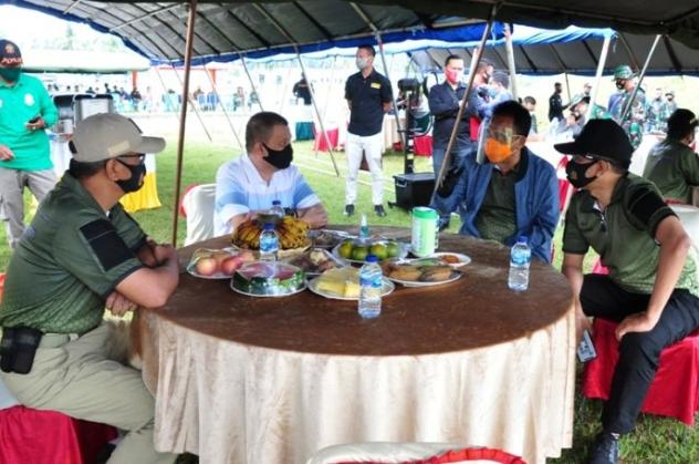 Wagub Gorontalo H. Idris Rahim (kedua kiri) berbincang dengan Kajati Jaja Subagja (kedua kanan), Kapolda Gorontalo Irjen Pol. Akhmad Wiyagus (kanan), dan Danrem 133/NWB Brigjen TNI Bagus Antonov Hardito, pada lomba menembak eksekutif di lapangan tembak Pattimura, Makorem 133/NWB, Kabupaten Gorontalo, Minggu (13/9/2020). (Foto : Haris – Humas)