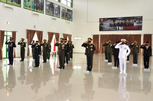 Wagub Gorontalo H. Idris Rahim (depan, kedua kiri), mengikuti upacara peringatan HUT ke-75 TNI yang digelar secara virtual di Makorem 133/Nani Wartabone, Senin (5/10/2020). (Foto : Haris – Humas)