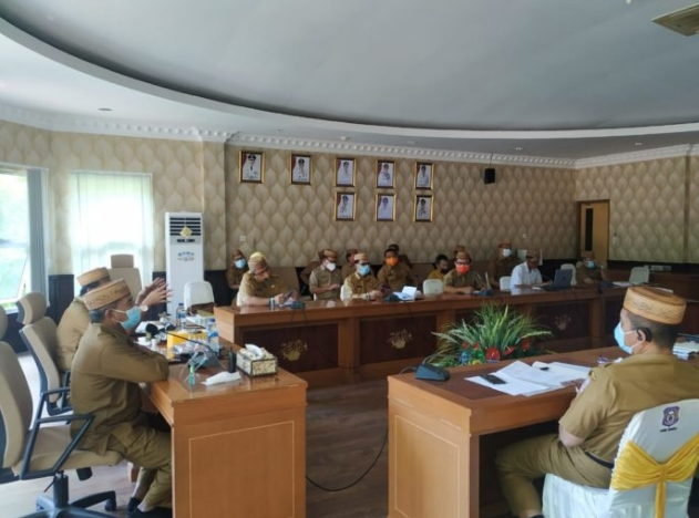 Sekdaprov Gorontalo DArda Daraba, memimpin rapat pembahasan kunjungan Panglima TNI dan Kapolri di Gorontalo, yang berlangsung di ruang Huyula  kantor gubenur, Senin ( 5/10/2020). (Foto : Anie-Humas)