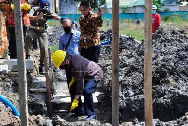 Wagub Gorontalo H. Idris Rahim meletakkan batu pertama pembangunan kampus Universitas Bina Mandiri (UBM) Gorontalo di Desa Toto Selatan, Kecamatan Kabila, Kabupaten Bone Bolango, Sabtu (10/10/2020). (Foto : Haris – Humas)