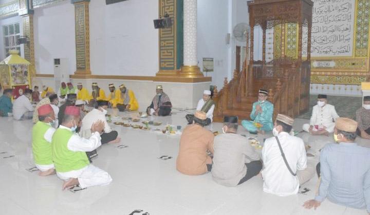 Bupati Kabupaten Pohuwato Syarif Mbuinga menghadiri perayaan Maulid Nabi Muhammad SAW, yang sudah menjadi tradisi warga Gorontalo.