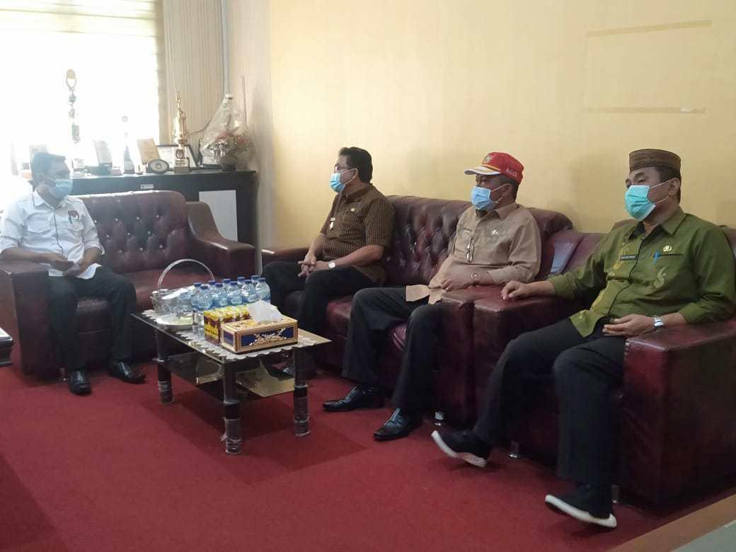 Penjabat Sementara (Pjs) Bupati Gorontalo Mitran Tuna saat melakukan kunjungan kerja di KPU Kabupaten Gorontalo, Kamis (1/10/). (foto_humas)