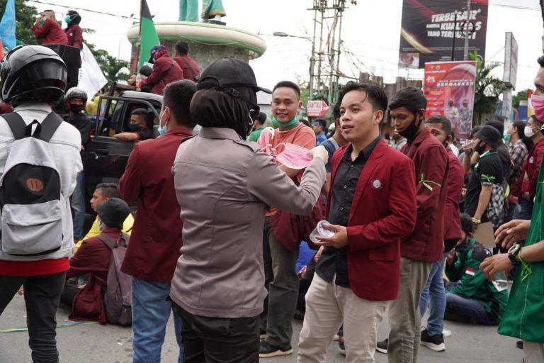 Anggota Polda Gorontalo saat mengenakan masker Kepada Pendemo/ProsesnewsID