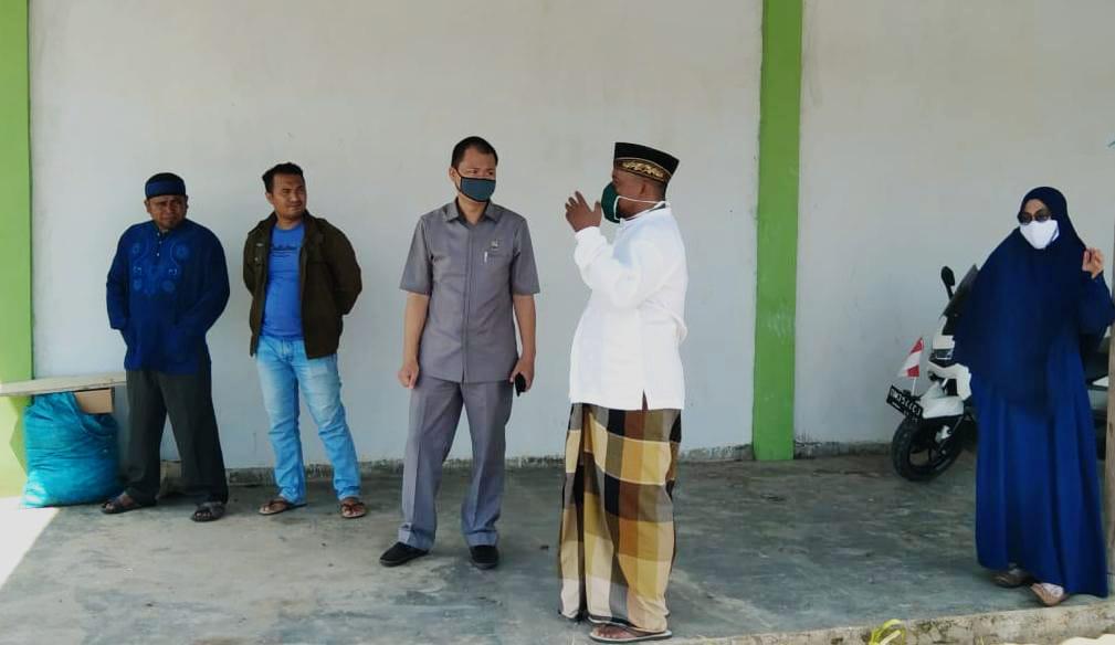 Aleg DPRD Boalemo Harijanto Mamangkey, saat meninjau Badan Usaha Milik Desa (Bumdes) Dulohupa, Kecamatan Wonosari.