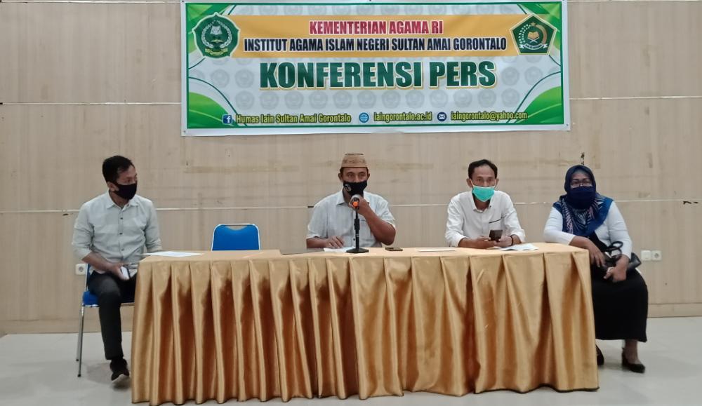 Wakil Rektor III Bidang Kemahasiswaan Institut Agama Islam Negeri (IAIN) Sultan Amai Gorontalo, Mujahid Damopolii (tengah) saat konferensi pers di Gedung Rektorat Kampus I, Selasa, (6/10/2020).