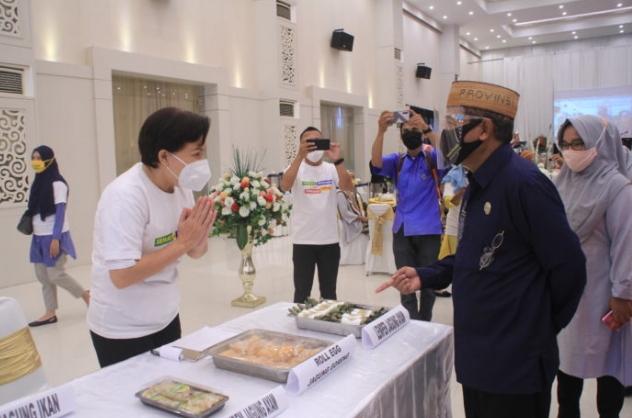 Sekretaris Daerah Provinsi Gorontalo, Darda Daraba (kemeja hitam) saat melihat produk olahan pangan lokal dari salah satu UMKM usai pembukaan talkshow bertemakan Gerakan Diversifikasi Pangan Lokal yang diselenggarakan oleh Dinas Pangan Provinsi Gorontalo di Grand Palace Convention Center (GPCC), Kota Gorontalo, Kamis (1/10/2020). (Foto: Nova – Humas)
