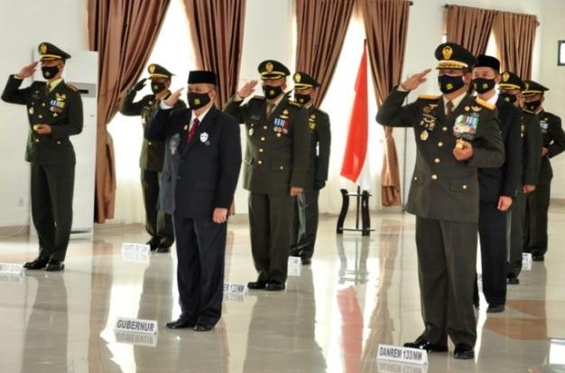 Wagub Gorontalo H. Idris Rahim (depan, tengah) mengikuti upacara peringatan HUT ke-75 TNI yang digelar secara virtual di Makorem 133/Nani Wartabone, Senin (5/10/2020). (Foto : Haris – Humas)
