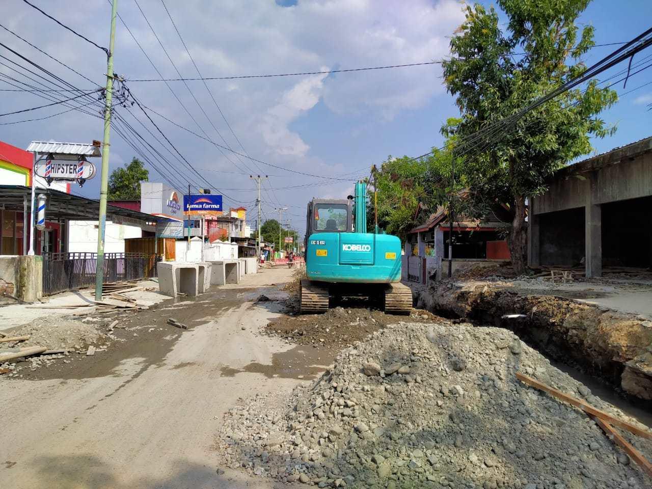 Proses pengerjaan saluran air pengendali banjir di Mufidah-Sudirman, Kota Gorontalo.