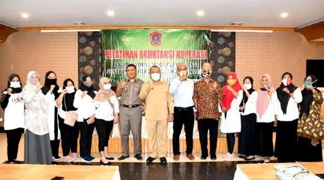 Sekda Gorut, Ridwan Yasin, saat menghadiri sekaligus membuka kegiatan akuntansi koperasi bagi pengurus/pengelola koperasi se-Gorut, yang berlangsung di New Rahmat Hotel Kota Gorontalo, Selasa (17/11/2020).