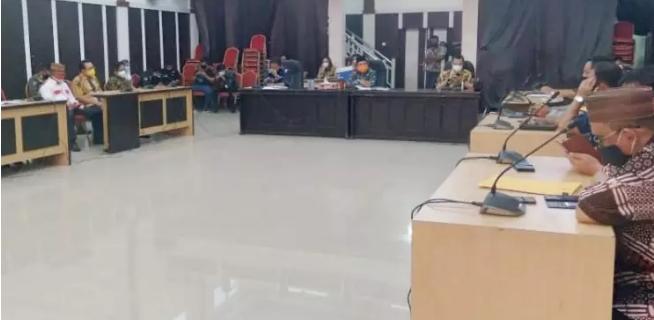 Wali Kota Gorontalo Marten Taha ketika memutuskan status PSBB di Kota Gorontalo lewat hasil kesepakatan bersama Forum Komunikasi Pimpinan Daerah (Muspimda) Kota Gorontalo, yang berlangsung di Aula Kantor Wali Kota Gorontalo, Jumat (2/10/2020)