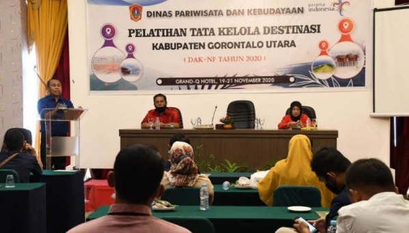 Sekda Gorontalo Utara, Ridwan Yasin menyampaikan sambutan sebelum menutup Pelatihan Tata Kelola Destinasi.