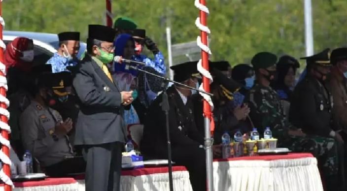 Bupati Gorut, Indra Yasin ketika menjadi inspektur upacara pada peringatan hari pahlawan nasional tahun 2020 yang dilaksanakan di Pelabuhan Kwandang.